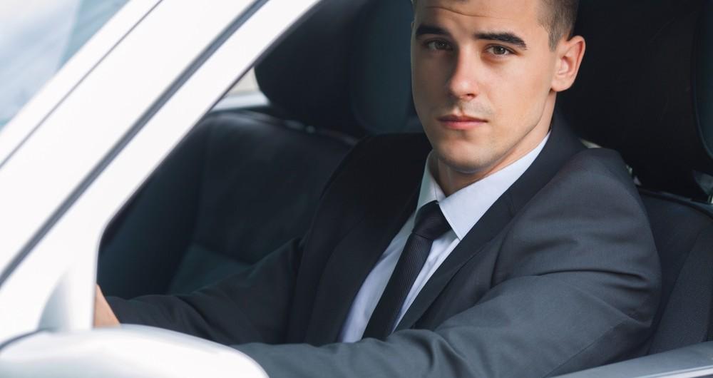 chauffeur in auto